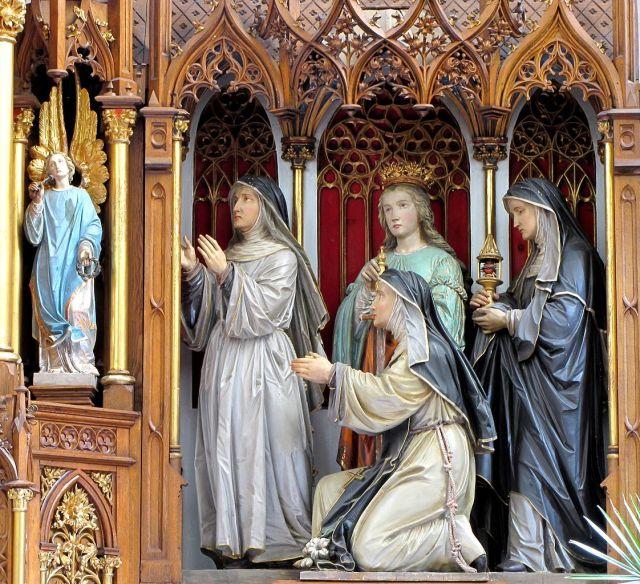 Sainte Gertrude (tenant un lys) entourée de sainte Marie Alacoque (avec le reliquaire), sainte Catherine d'Alexandrie (avec l'épée) et sainte Julienne du Mont-Cornillon - CC Ralph Hammann
